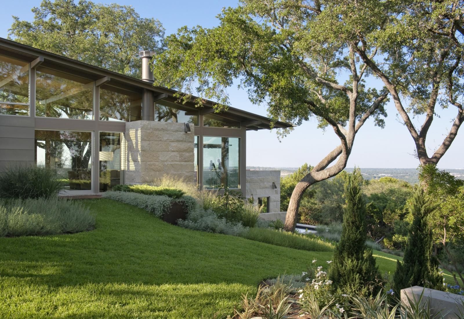 Hillside house lake flato for Hillside homes